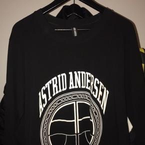 Jeg sælger denne Astrid Andersen langærmet t-shirt. Den er i god stand. Befinder sig nær Slagelse, men kan også sendes. Kan også kontaktes på 42402208.