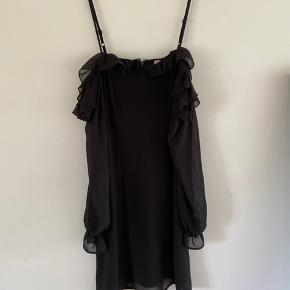 """Fin """"lille sort kjole"""" med lidt flæsedetaljer fra h&m med off the shoulder detalje og lynlås bagpå :)"""