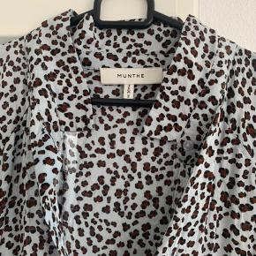 Skøn skjortekjole fra Munthe. Den er brugt max 5 gange og fremstår som ny.  Bytter ikke