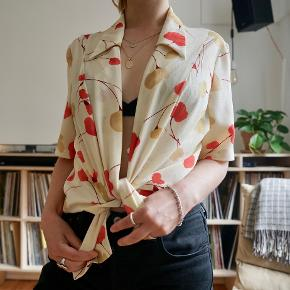 Fin vintage skjorte i super stand. Kan både bruges bundet og knappet.
