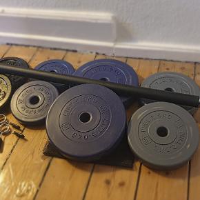Super velholdt vægtstangssæt til en billig mønt! Indeholder:  Vægtskiver + vægtstang + fjederlås sæt 2 x vægtskiver 1,25 kg 2 x vægtskiver 2,5 kg 2 x vægtskiver 5 kg 2 x vægtskiver 5 kg (solgt)  Sælges samlet og afhentes på Vesterbro. Min. pris 800 kr. Men byd gerne :)