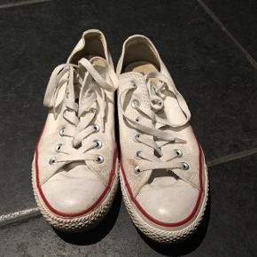 Hvide Converse i den korte model sælges i en str. 40Har haft dem længe, men har næsten aldrig brugt dem, kun 2-3 gange (de er dog lidt beskidte, men bliver rengjort inden de bliver sendt)!  BYD BYD BYD