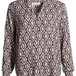 Brand: Co couture Varetype: Skjorte Farve: Sort og rosa nuancer Oprindelig købspris: 499 kr. Prisen angivet er inklusiv forsendelse.  Så fin Skjorte i skønt mønster snake mønster. Brugt 2 gange. Den er med v-hals og 3 knapper foran. Den er stor i størrelsen og kan sagtens bruges af en S Byd