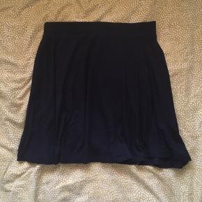 Sort nederdel, købt for noget tid siden, men nærmest aldrig brugt   Fitter en S/M  Skriv for flere billeder