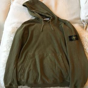 Oliven grøn hættetrøje. Nypris: 1200 kr.  Sælges  for 700 kr.