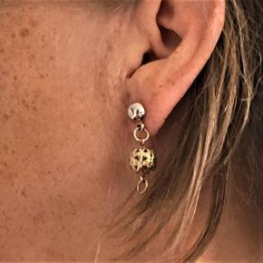 Unikke, håndlavede øreringe / sticks fra Baum auf Samsoe.  Let gylden farve. Hul filigran-perle.  Hele øreringen måler ca. 3 cm.  Har ikke været brugt.  Sælges for kun 55 kr. + evt. porto.  Kan afhentes på Frederiksberg.