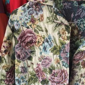 Flot unik vintage jakke med vidde ærmer. Har skjulte knapper du kan lukke den med. Har aldrig haft den på og vil vurdere den kan passes af en xs-L