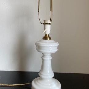 Gammel bordlampe i hvidt opalglas fra Holmegaard Glasværk.  Mål: Højde (inkl. fatning): 37cm Laves ikke mere