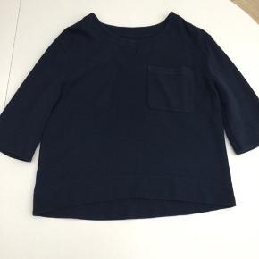 Blusen er brugt og vasket 1 gang. 100% bomuld Str. Small  Mål under ærme: 2 x 57 cm Fra nakke til underste kant: 61 cm