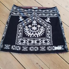 Varetype: Andet Størrelse: 4 Farve: Sort  Skøn nederdel, aldrig brugt eller vasket 😊🌸