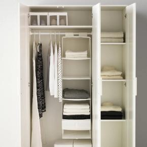 Godt klædeskab fra Ikea sælges, mærket brimnes. Det fejler ingenting men sælges, da jeg ikke har brug for det længere. Hylderne kan justeres, så de passer til dit behov. Det har fået nogle små hak som ikke ses. Har først lagt mærke til dem nu, hvor det skal sælges. Jeg har både brugt skabet til entre og som alm. klædeskab :) Du kan se mere om skabet på Ikeas hjemmeside. Kan leveres adskilt i Holbæk efter aftale. Bud modtages gerne!   Mål: Bredde: 50cm. Højde: 190 cm. Bredde: 117 cm.