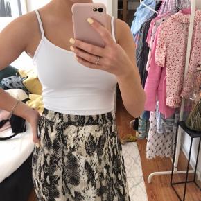 Rigtig fin nederdel fra Envii med slids i siden🥰