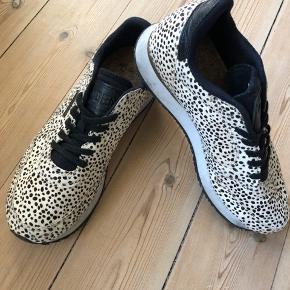 Forskellige WODEN 👟 sælges.  (Se tidligere opslag for samlet oversigt) Skoene er virkelig behagelige og affjedrende med deres korksåler og er super populære, lavet af et dansk firma. Jeg sælger dem dog da jeg desværre ikke går godt I dem grundet en ankelskade.   Alle skoene er i str. 37 og i modellen Nora II.  De prikkede 🦓: Er en limited model og er med kort pels i dalmatiner prikker. De fåes ikke mere så de er et scoop at eje.  Skoene er brugt et par gange men har ingen bemærkelsesværdige slid-spor. Np: 800-900 kr. Sælges for 500 kr.