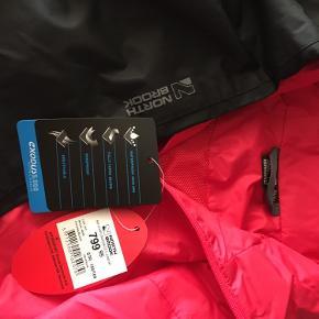 Nyt sæt/ regntøj/ regnjakke og regnbukkser fra North BROOK  str. 158/str. 164  Funktionelt regnsæt i en flot rød/sort farve. Aldrig brugt  Regnsættet er både åndbart , vindtæt og vandtæt og samtidig udstyret med tapede sømme, som sikrer at der ikke trænger vand, vandsøjletrykket 5000 mm   God kvalitet.  Aftagelig hætte samt reflekser for øget synlighed.  Puma sneakers str. 38 og HI-TEC sneakers str. 37 kan tilkøbes😊  Hvis du er interreseret i den regntøj / regnjakke og regnbukkser str. 13 år /str. 158/164 sender jeg gerne nøjagtige mål og flere fotos.  Oprydningssalg, tages ikke retur,  pris plus fragt.  Mængderabat gives, se også mine tasker, sko og tøjtilbud 😊