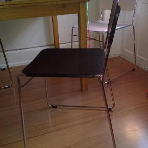 Varetype: Stol spisestuestol stål lette designStørrelse: One Size Farve: Sort Oprindelig købspris: 3600 kr.  Smukke lette stole i stål. Købt hos Maur designbutik på Vesterbro.   Jeg har to til salg. Sælges samlet.  BYD gerne, sælges billigt da jeg har købt nogle andre.  Kan afhentes KBH V. De kan stables. Sælges samlet 😊  vh. Malene