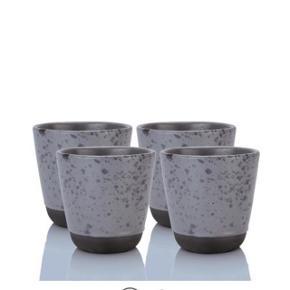 Aida Raw grå kopper i to forskellige højder (som det kan ses på billederne). 8 stk haves og sælges for 30kr stk eller samlet for alle 8: 200kr De er købt for et par måneder siden, og kun ca halvdelen er blevet brugt.   Sælges, da jeg også har et stel med andre kopper, og så mange kopper behøver jeg vist ikke 😅