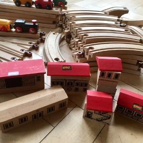 Brio tog og togbane 32 buede 10 store ligeud togskinner 2 små ligeud 2 special skinner og 4 stykker bro. 5 toge og 6 bygninger gammelt Brio ægte originalt Brio trætog Brio jernbane