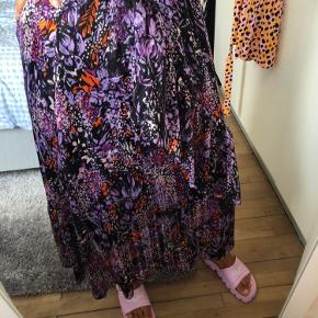 InWear nederdel som aldrig er blevet brugt. Den er stor i størrelsen og kan derfor passes af en 42/44. Køber betaler fragten. Yderstof 100% viskose, inderstof 100% polyester.