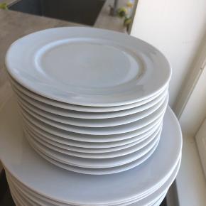 12 store og 12 små hvide tallerkner. Kun enkelte skår. Giv bud 😊.