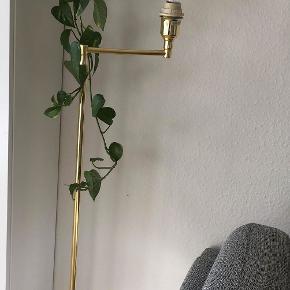 Retro justerbar standerlampe i guld/messing. Står flot med en stor pære i