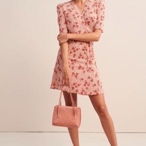 Kjolen er præcis som ny. Den er stadig til salg på Roujes hjemmeside, hvor man kan orientere sig om størrelsen. MP 700 kr inklusiv forsendelse.