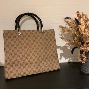 """Gucci håndtaske - brugt men i god stand. Har været brugt som arbejdstaske med en 13"""" MacBook Pro i.   Købt på Vestaire Collective til 6300kr og kvittering kan sendes på mail ved salg.   Bud er velkomne 😊"""