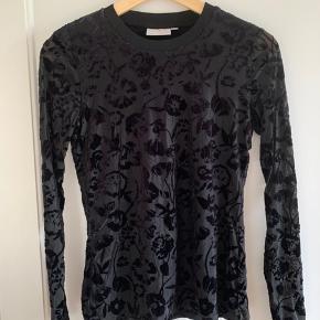 Bluse i sort med smukt mønster  Str: S  Mærke: InWear  Sender gerne, køber betaler for porto.