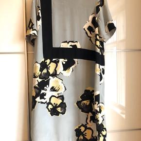 """Flotteste kjole fra By Malene Birger sælges ...  Brugt til 3 fester .. Kjolen er i 100% silke ......oprindelig købspris 2500kr...  Tilhører den gode ende af kategorien """" God men brugt """"... Kanten bagpå skal lige syes/ries op ca 20cm.. Ellers fejler kjolen intet ...  Den lukkes med en lynlås i nakken ...  Mål: Bryst: ca 61cm x 2 Hofte ca 64.5cm x 2 Længden ca 106-107 cm"""