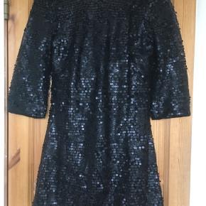 Smuk, elegant og festlig kjole fra H&M. Kjolen er besat med små og store mat-sorte pailletter og har åben ryg.  Jeg foretrækker at handle via Trendsales og sende med DAO. Alternativt via MobilePay.  Køber betaler gebyr og fragt.  #30dayssellout