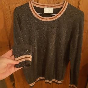 Fin sweater fra Neo noir. Lille i størrelsen passer bedre m/large