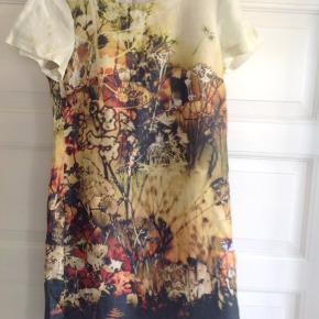 Rigtig sød kjole i bomuld/ hør. Brændte farver.