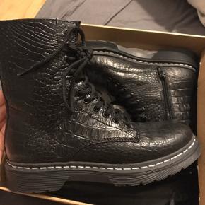 Shoe biz støvler i størrelse 39. Stadig ubrugte. Nypris 1199,-