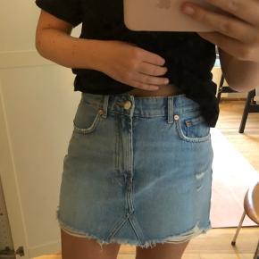 Fin denim nederdel brugt to gange, i rigtig fin stand. Str m.