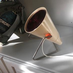 Gammel retro varmelampe fra Philips. Glasset er rødt og giver en masse varme. Fejler ingenting og virker optimalt. Sidst testet 9/6 2019.