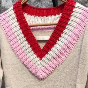 Munthe plus Simonsen Striktrøje i str. 40 i Beige, Coral og Rosa  Super lækker strikbluse i 100 % uld dog er strik kanter akryl og bomuld. Mega fin på.  Standen er super fin og ligger mellem NSN og GMB Pris: 100 kr pp
