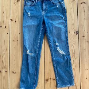 Flotte lyseblå jeans fra 2nd Day. Str. 27. Brugt 1 gang. Flot model med pæn 'patina. Køber betaler forsendelse :)