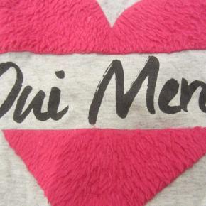 """STR. 134/140. Sød t-shirt m. pinkfarvet """"pels"""". 100% bomuld.  Porto: 20 kr. sendt som brev med PostNord.  Jeg har tøj til både baby, piger, drenge, kvinder og mænd i stort set alle størrelser. Send mig blot din mailadresse, og skriv hvilke størrelser du er interesseret i. Så sender jeg en mail retur med billeder/beskrivelser/priser."""