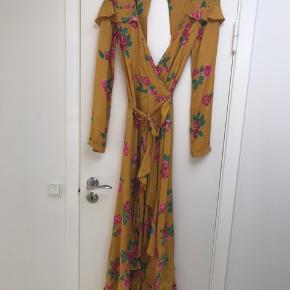 Normal størrelse men slå-om kjolen og kan derfor bruges af både en lille og større str. 38.