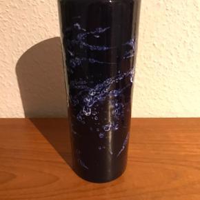 West Germany Vase   23,5 cm høj  Har et lille bitte afslag i bunden ses ikke når den står. Men se billede af bunden. Ingen betydning for brugen.