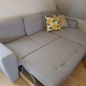 En super lækker sovesofa er til salg for kun 1200 kr. Den fejler ingenting, den har stået i et ikke-rygerhjem med ingen dyr heller.  Jeg kan ikke huske mærket på sofaen, men førpris var 3500 kr. Farven på sofaen er lysegrå og passer godt ind i stortset alle hjem. Den kan trækkes ud, så det bliver til en sovesofa. Derudover er der under chaiselongen plads til opbevaring. Vi har haft en stor topmadras liggende, så der er ret meget plads.   Sofaens mål: Længde: 2,55 Brede(uden chaiselong) 95 Chaiselong: 1.60  Skriv gerne hvis I har flere spørgsmål.