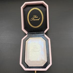 Too Faced Diamond Highlighter i farven Diamond Light.  Brugt en gang.   FAST PRIS: 150 kr. + porto