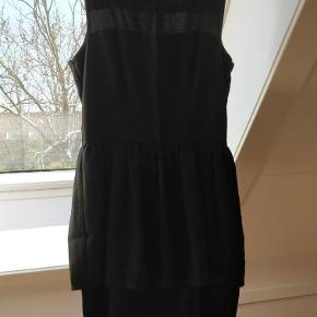 Varetype: Sød kjole Farve: Sort Prisen angivet er inklusiv forsendelse.  Brugt få gange... Skal syes forneden