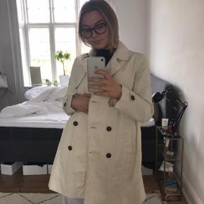 Super fin trench coat til foråret Str 13-14 år, 164 cm Er fra Zara kids men kan jo også godt passes af unge med samme højde (Jeg er 169 cm høj)