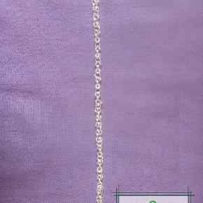 Håndlavet ny sølv armbånd, aldrig brugt. Vejer Ca. 6g. Længden er ca 20cm. Kæden er lavet af 0,6mm tykkelse, 925 sterlingsølv tråd. Låsen er på 11mm og har 925 stempel på som også er sterlingsølv. Den kan forkortes til ønsket længde.