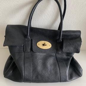 Sælger min fine tidsløse Mulberry bayswater classic taske i farven sort.  Størrelse: alm, og med plads til en Macbook.