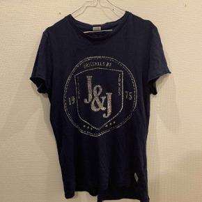 - Jack and Jones - Størrelse m - Blå T-shirt - Godt brugt men uden tydelige mærker dog med hul i bunden af fronten