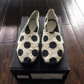 Brugt, men i god stand. Den ene sko skal have en ny sål (se foto), da den er faldet af. Men de er ikke gået med siden da.