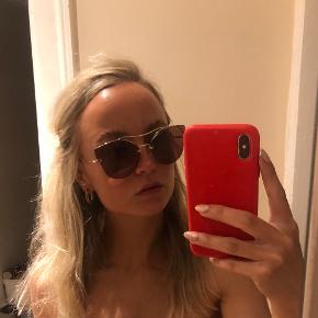 Sælger disse flotte Miu Miu solbriller i perfekt stand 💓💓  Alt medfølger. Købt for 2.264kr i Tax Free i lufthavnen og derefter aldrig brugte.   Se billede for mere info.  !! Bemærk at mine er med lys guld ramme, hvid kant bag øret og glas i en mørk pink/rosa tone
