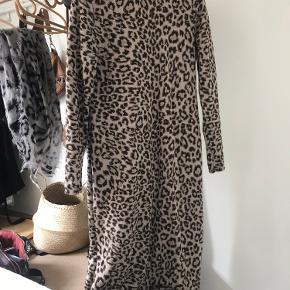 Leopard mønstret kjole med guldtråds detaljer. Er brugt få gange. Det er en god kjole til de lidt køligere dage