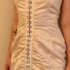 Daisy inspireret satin hook corset dress, Ivory. str 36/38  Den er specialsyet men inspireret af Daisy. daisydaisy.tv Følg på Instragram. En kjole som minder om min kjole koster ca. 2100.-  Jeg sælger den til 500.-selvom jeg gav mere end 1000.- for den.  De første 4 foto er min kjole og de sidste 2 foto er en original Daisy kjole.  Den kan ses på Østerbro sender for 38 kr.